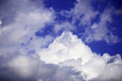 在深蓝天空的白色云彩 库存图片