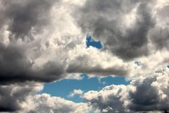 在深蓝天空背景的白色云彩  库存图片