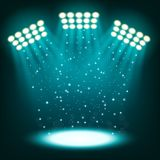 在深蓝背景的明亮的体育场聚光灯 免版税库存照片