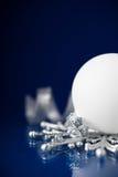 在深蓝背景的白色和银色圣诞节装饰品与文本的空间 免版税库存图片