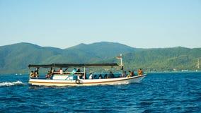 在深蓝色海的传统小船在karimun jawa海 库存照片