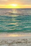 在深蓝色海洋菲律宾的热带日落方式 免版税库存图片