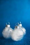 在深蓝闪烁背景的白色圣诞节装饰品与文本的空间 免版税库存照片