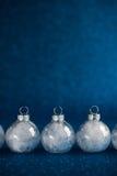 在深蓝闪烁背景的白色圣诞节装饰品与文本的空间 库存照片