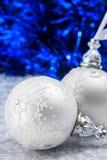 在深蓝bokeh背景的白色和银色圣诞节球与文本的空间 圣诞快乐看板卡 xmas 图库摄影