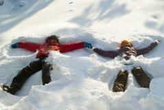 在深随风飘飞的雪的雪天使 图库摄影