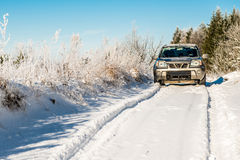 在深雪路的汽车 免版税图库摄影