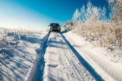 在深雪路的汽车 库存图片