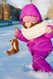 在深雪陷入泥淖的女婴 库存图片