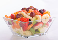 在深颜色的水果沙拉在一个玻璃碗 免版税库存图片