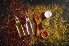 在深黑色背景的被分类的香料 食物的调味料 咖喱,辣椒粉,胡椒,豆蔻果实,姜黄 顶视图 图库摄影
