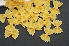 在深黑色背景的Farfalle面团 食品成分 顶视图 意大利意大利面食 原始的意大利面食 免版税库存照片