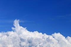 在深刻的蓝色起点的云彩对风暴 免版税库存图片