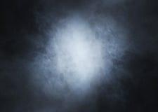 在深刻的黑背景的浅兰的烟 免版税库存照片