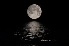 在深黑色天空的满月在晚上 免版税库存照片