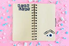 在混乱的中心从文具的是在春天的一个笔记本 在棕色页的题字是我的愿望 图库摄影