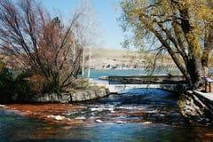 在混乱的水的桥梁 免版税库存图片