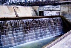 在混凝土中的瀑布 库存照片