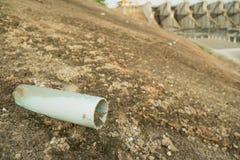 在混凝土墙上的排水管 库存照片