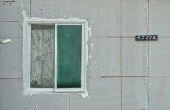 在混凝土墙上的窗口 库存图片