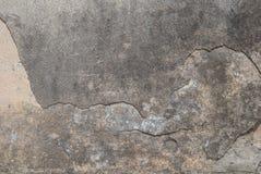 在混凝土墙上的老切削的膏药,灰色纹理,背景 免版税库存图片