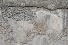 在混凝土墙上的老切削的膏药,灰色纹理,背景 库存图片