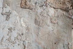 在混凝土墙上的老切削的膏药,灰色纹理,背景 库存照片