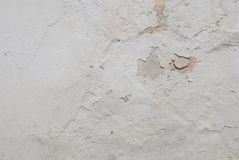 在混凝土墙上的老切削的膏药,白色背景,纹理 免版税库存照片