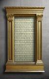 在混凝土墙上的金古色古香的框架 免版税库存照片