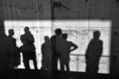 在混凝土墙上的阴影 免版税库存图片