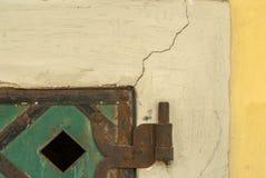 在混凝土墙纹理的背景的老金属板 免版税库存图片