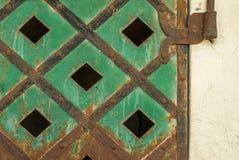 在混凝土墙纹理的背景的老金属板 库存图片