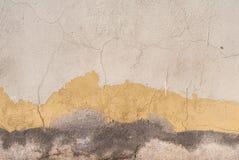 在混凝土墙纹理背景的老切削的膏药 免版税库存照片