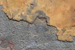 在混凝土墙纹理背景的老切削的膏药 库存图片
