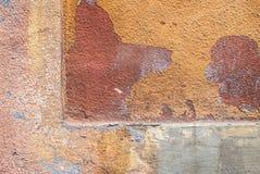 在混凝土墙纹理背景的老切削的膏药 免版税库存图片