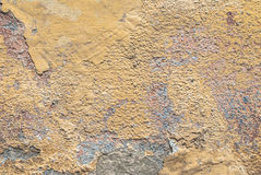 在混凝土墙纹理背景的老切削的膏药 图库摄影
