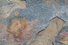 在混凝土墙纹理背景的老切削的膏药 库存照片