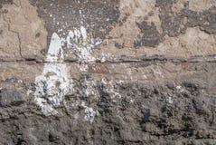 在混凝土墙背景的老切削的膏药 库存图片