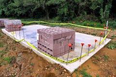 在混凝土板的煤渣砌块在建造场所 免版税库存图片