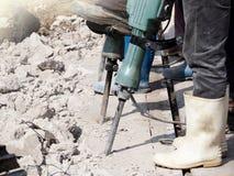 在混凝土的工作者人钻井 免版税库存照片