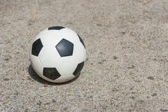 在混凝土的球 免版税库存照片