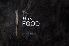 在混凝土的老农庄刀子与文本尝试这张食物顶视图 免版税图库摄影