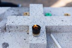 在混凝土的被点燃的蜡烛在叻丕府,泰国横渡在坟墓每年祝福的坟墓  免版税库存图片