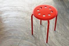 在混凝土的顶视图红色椅子 库存照片