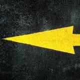 在混凝土的黄色箭头 库存照片