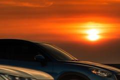 在混凝土路有体育和现代设计的停放的蓝色SUV汽车侧视图在日落 r ? 免版税库存照片