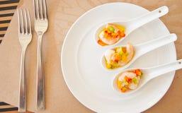 在混合甜椒的虾在油基地调味汁 库存图片