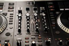 在混合音乐的夜党的DJ控制台 库存照片