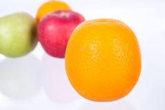 在混杂的果子背景的桔子 免版税图库摄影