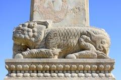 在清宫的东部皇家坟茔的白色大理石石野兽 库存照片